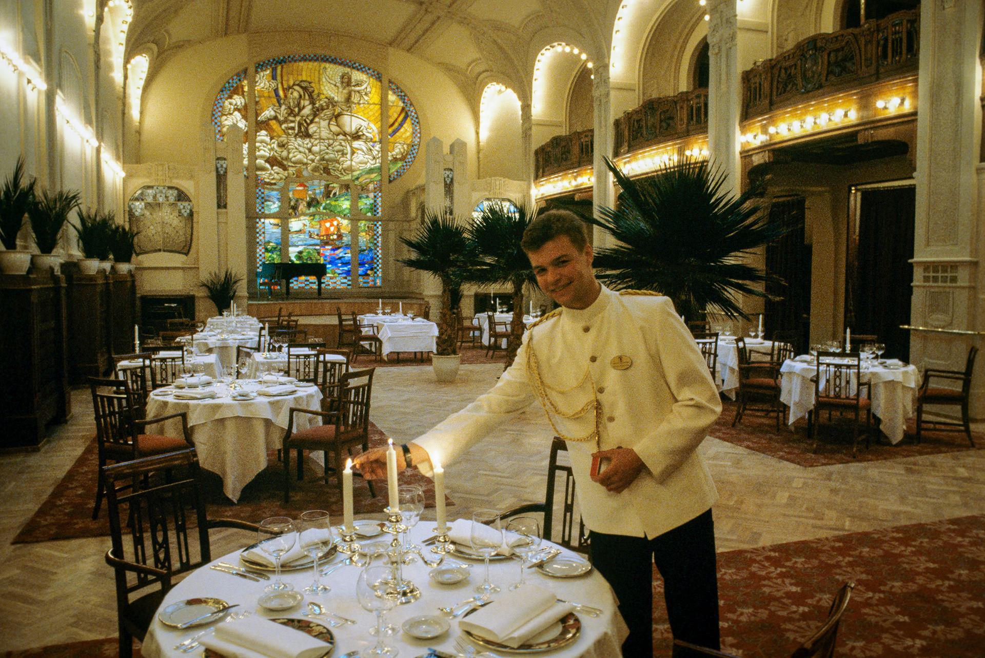 グランドホテル・ヨーロッパ(ソ連とスウェーデンの合弁会社であった五つ星のホテル.)の4つのレストランの中で最もエキゾチックな「クリーシャ」(屋根)。ホテルの最も高いところにあった。ウェイターたちはピョートル1世時代の衣装を着ている。