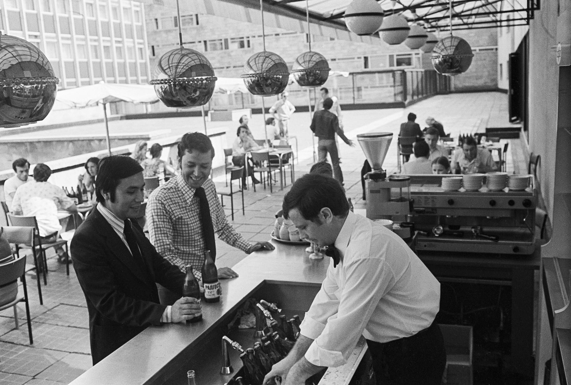 外国人の客がインツーリスト・ホテルのバーで飲んでいる。