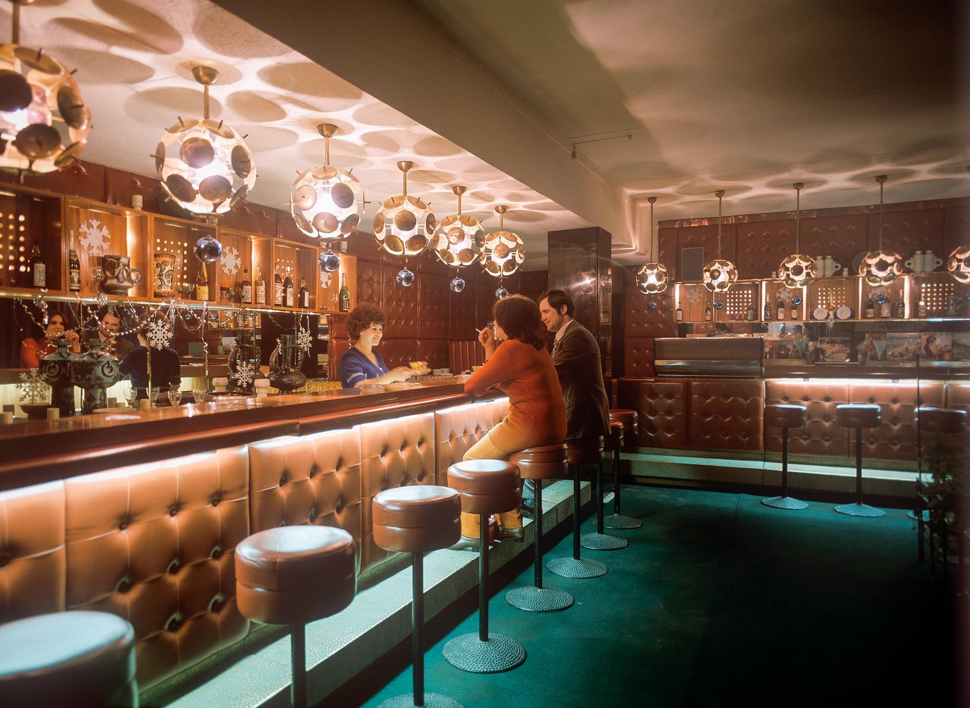 レストラン「カフカス」のバーにて。