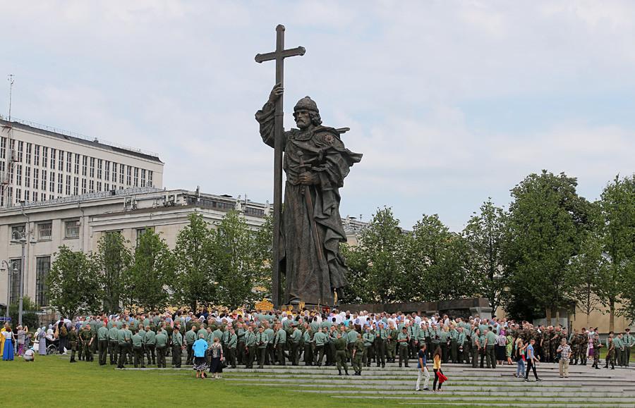 Учесниците на литијата собрани околу споменикот на светиот кнез Владимир во Москва на Денот на покрстувањето на Русија.