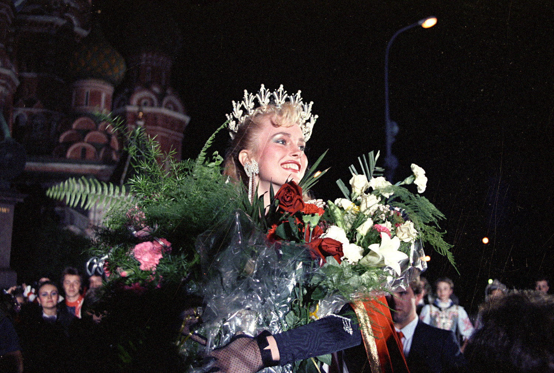Larisa Letichevskaya saat upacara penobatan di Lapangan Merah.