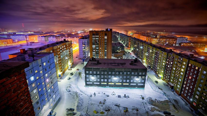 Stanovanjsko naselje v Norilsku. Temperatura je padla pod -42 stopinj Celzija.