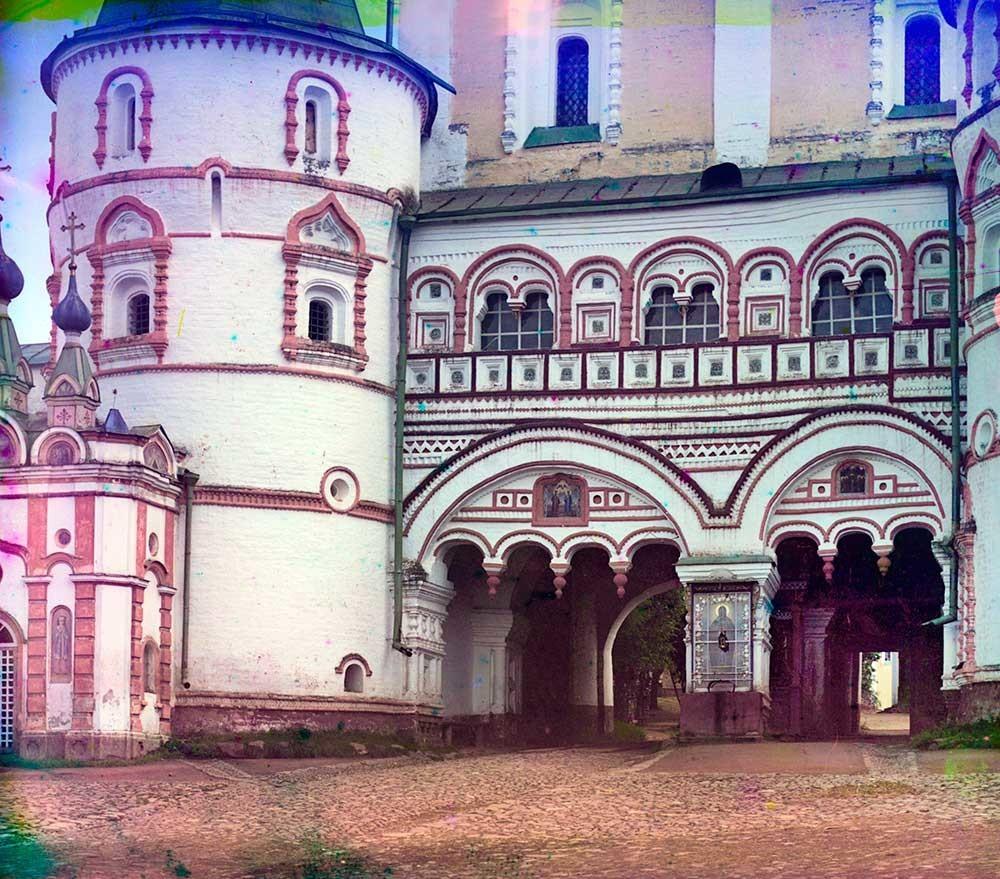 Samostan sv. Borisa in Gleba. Severni pogled na severna vrata s spodnjim pročeljem Cerkve device Marije, poletje 1911