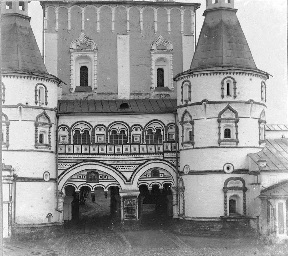 Samostan sv. Borisa in Gleba. Severni pogled na severna vrata in Cerkev device Marije (kopija originala, ki žal ni več ohranjen).