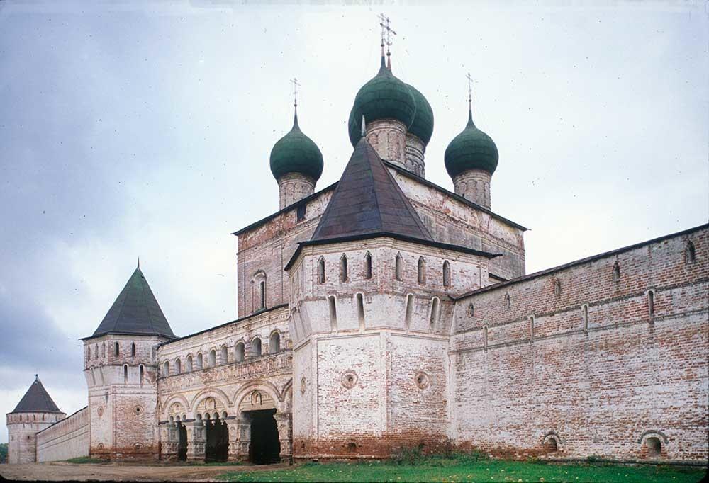 Samostan sv. Borisa in Gleba, severni pogled na Cerkev sv. Sergija pri južnih vratih, poletje 1911