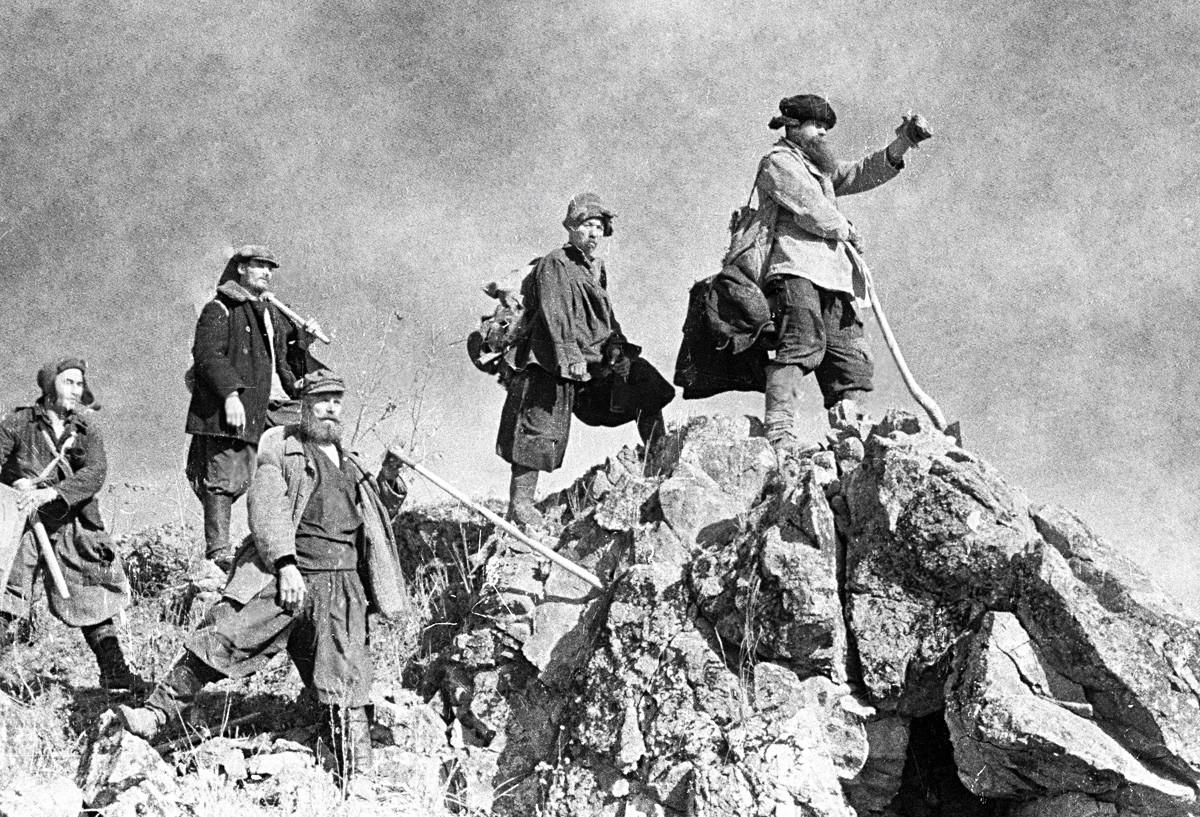 金鉱地で金を掘る鉱山労働者が職場に向かっている。1936年。
