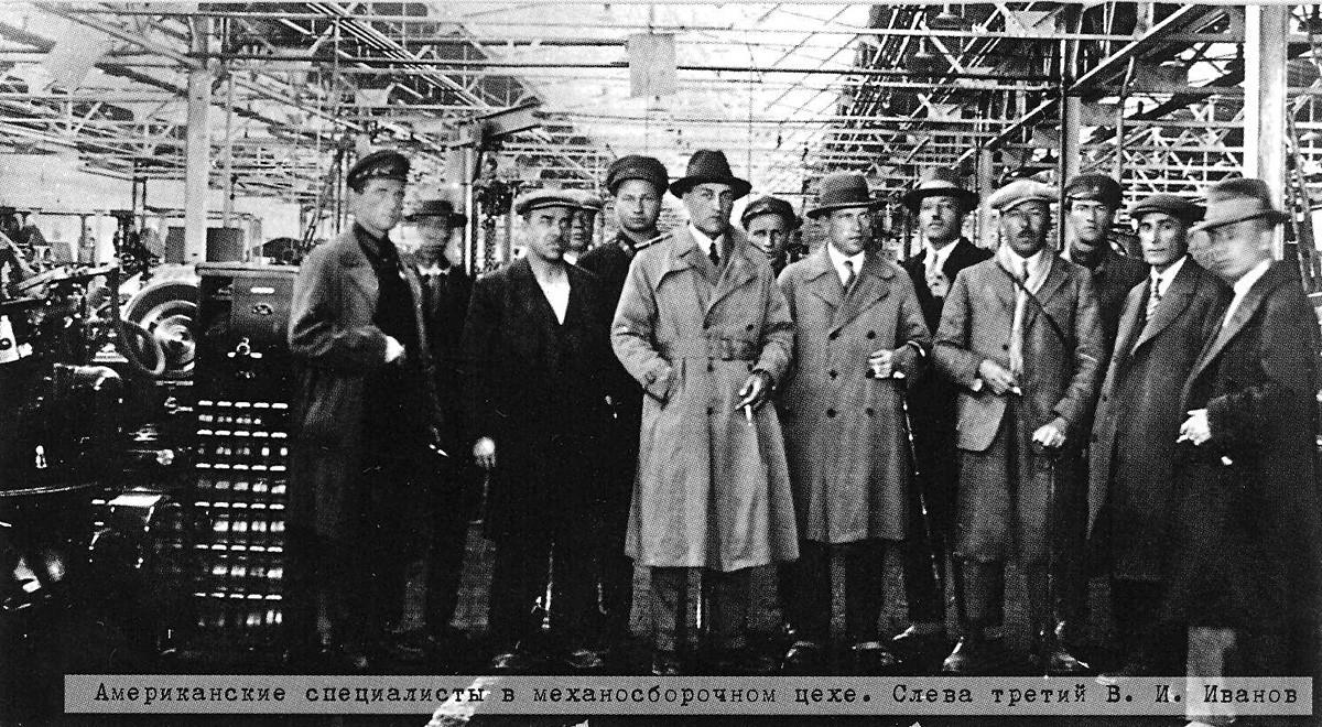 Especialistas estadounidenses en la fábrica de autos diseñada por el arquitecto Albert Kahn en Cheliábinsk en 1932.