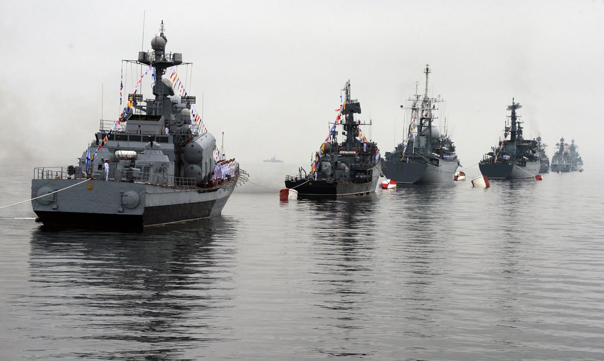 Бродови Тихоокеанске флоте постројени за параду на прослави Дана Ратне морнарице у Владивостоку.