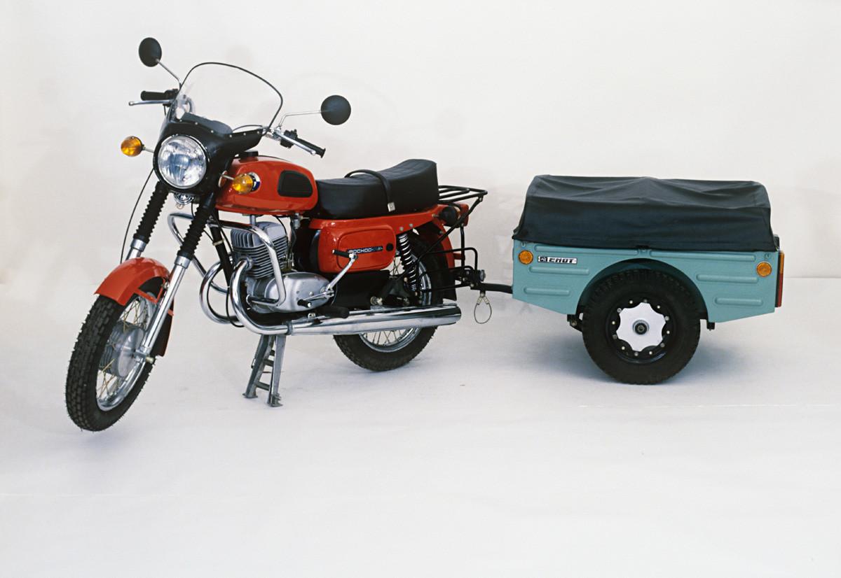 オートバイ「Voskhod 3M」。トレーラーは出張や旅行向け。1988年。