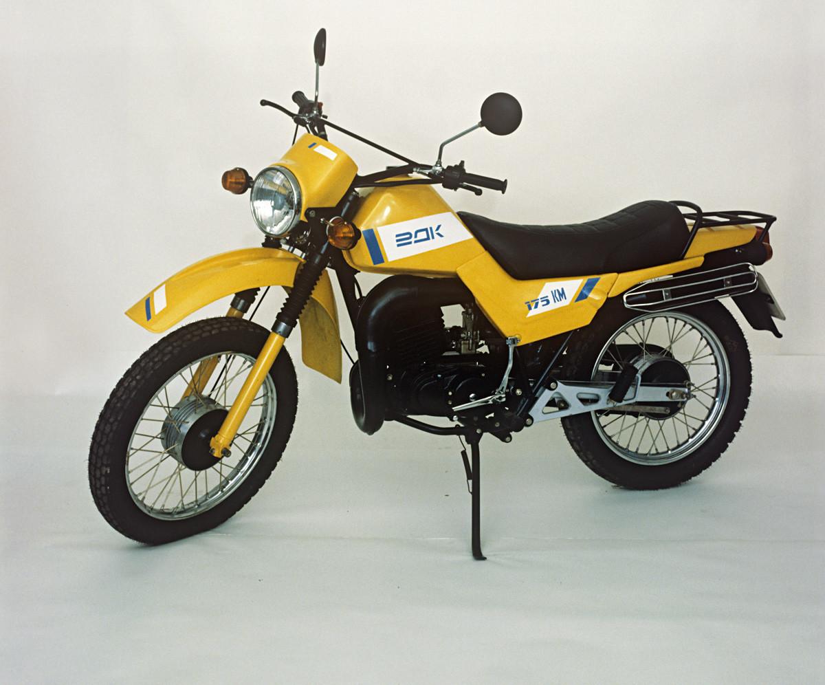 クロスカントリーバイク「TMZ-5,951」(Tula Rover)は未舗装の道路 や凹凸路向け。強制冷却の始動電動機、幅広タイヤ。1988年。