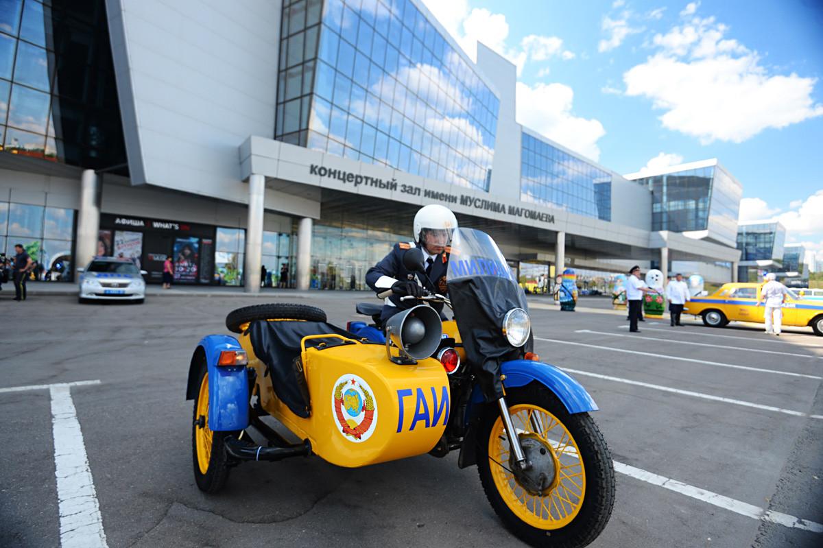 ウラルのパトロールバイクが国家交通警察の80周年の祝いの一部であったアンティーク自動車の特別な展覧会で展示されている。モスクワ、2016年。