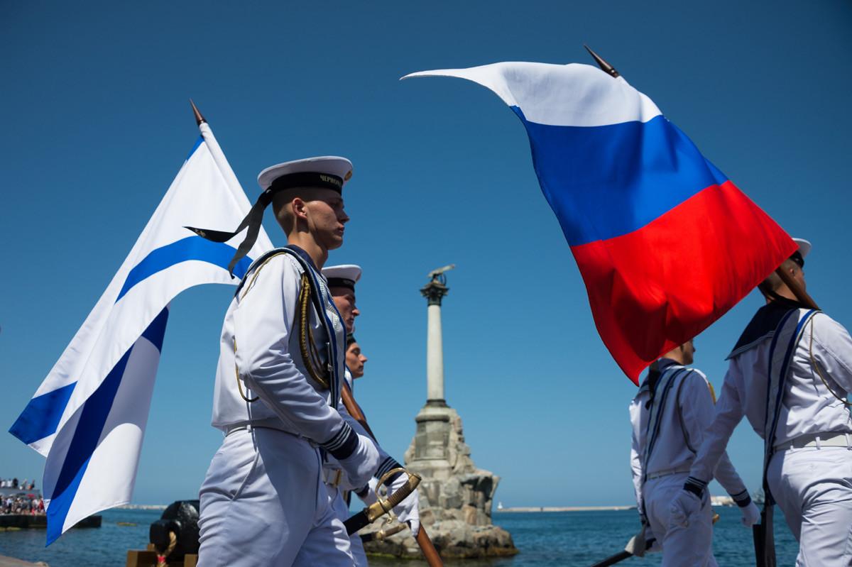 Руски морнар на прославата на Денот на Воената морнарица во Севастопол.