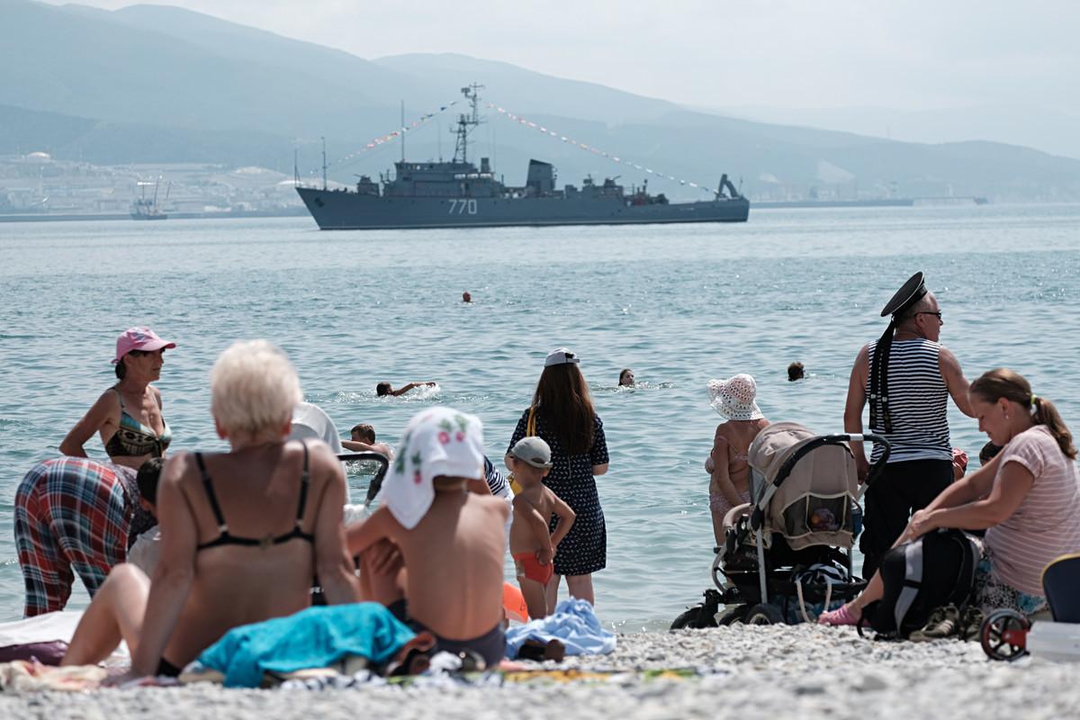 """Морскиот миноловец """"Валентин Пикуљ"""" на прославата на Денот на Воената морнарица во Новоросијск."""