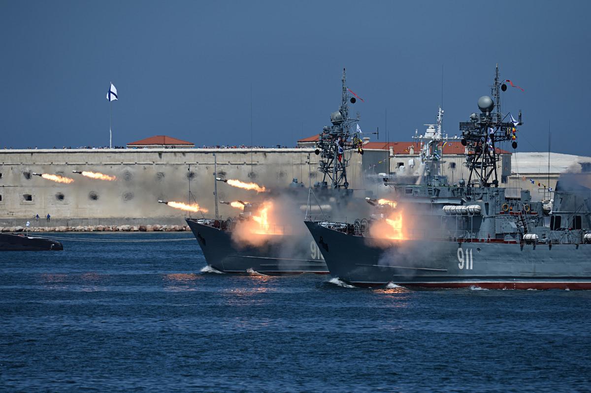 """Морските миноловци """"Иван Голубец"""" (во преден план и """"Коровец"""" на прославата на Денот на Воената морнарица во Севастопол."""