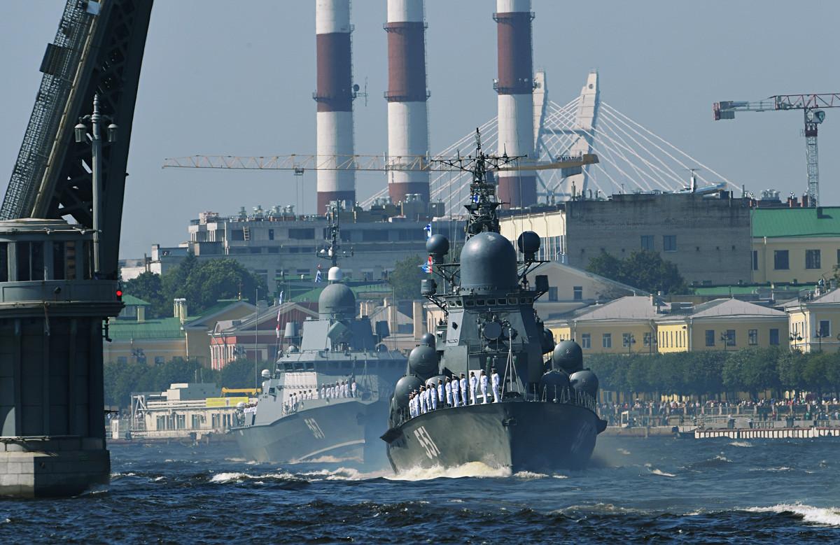 """Од десно кон лево: малите ракетни бродови """"Ливењ"""" и """"Ураган"""" на главната поморска воена парада во Санкт Петербург по повод Денот на Воената морнарица на Русија."""