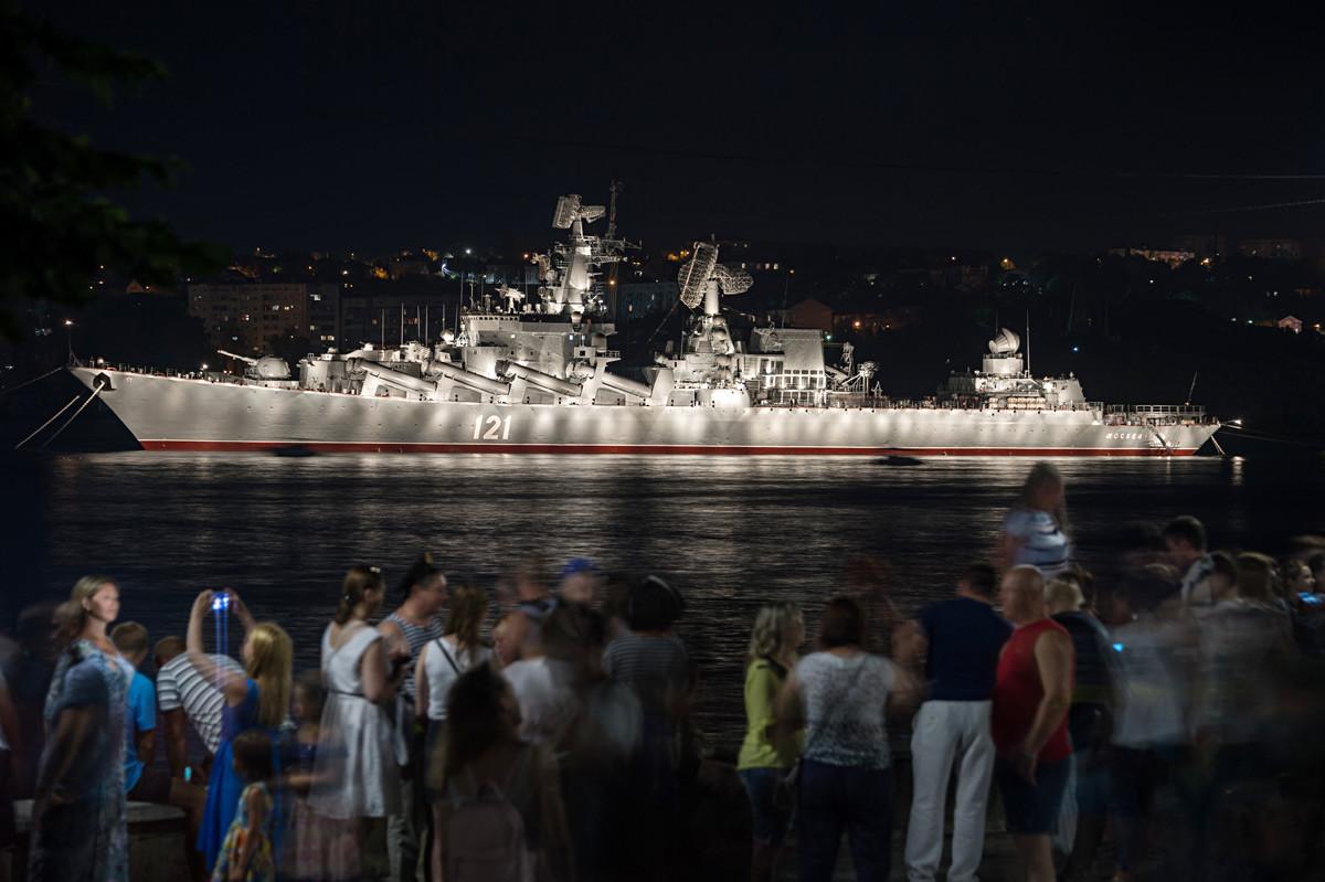 """Ракетниот крстосувач """"Москва"""" на прославата на Денот на Воената морнарица во Севастопол."""