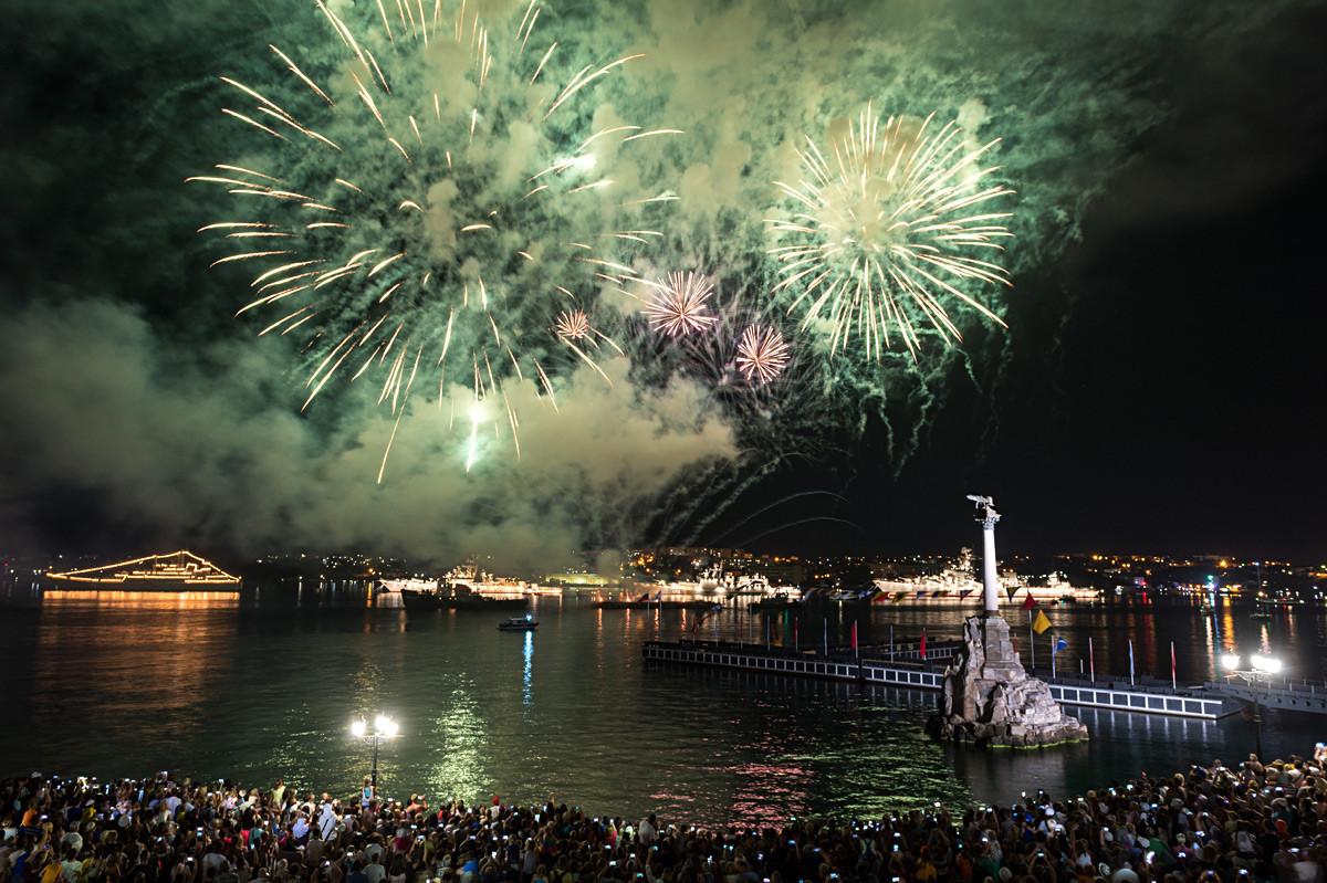Празничниот огномет по повод прославата на Денот на Воената морнарица во Севастопол.