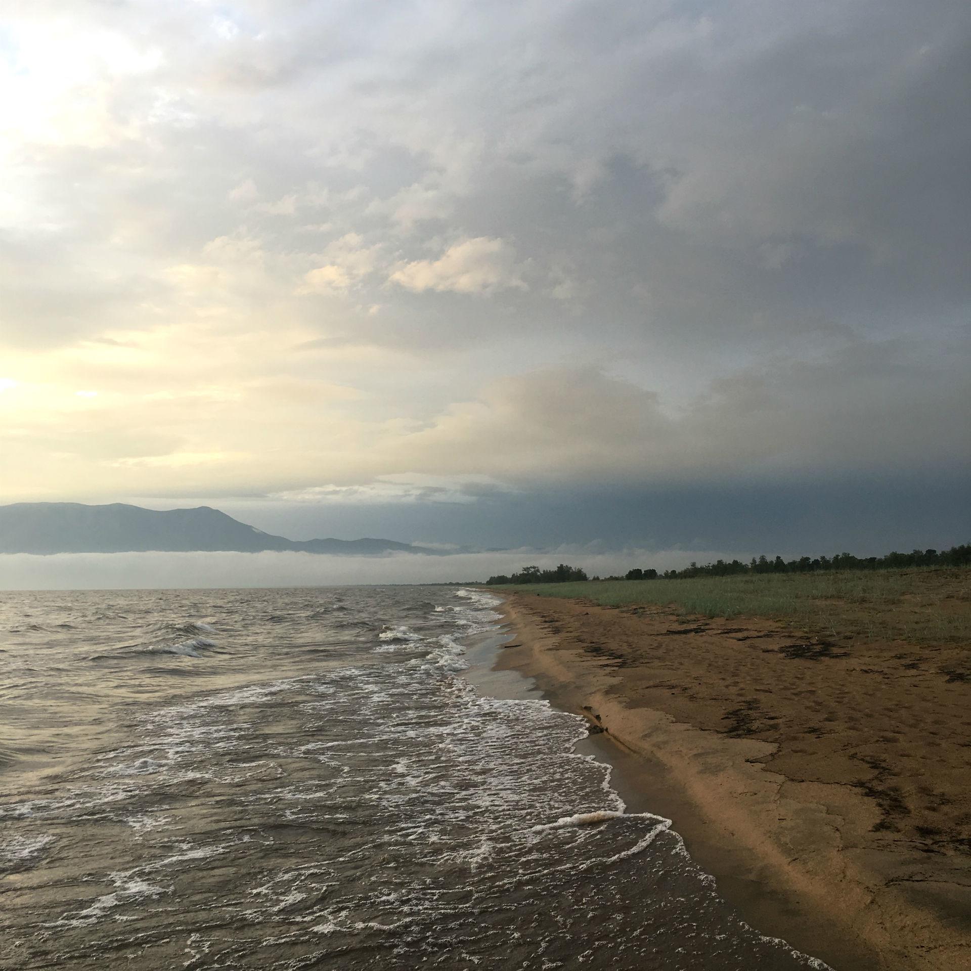 Le vaste rivage sauvage du Baïkal, à l'horizon embrumé.