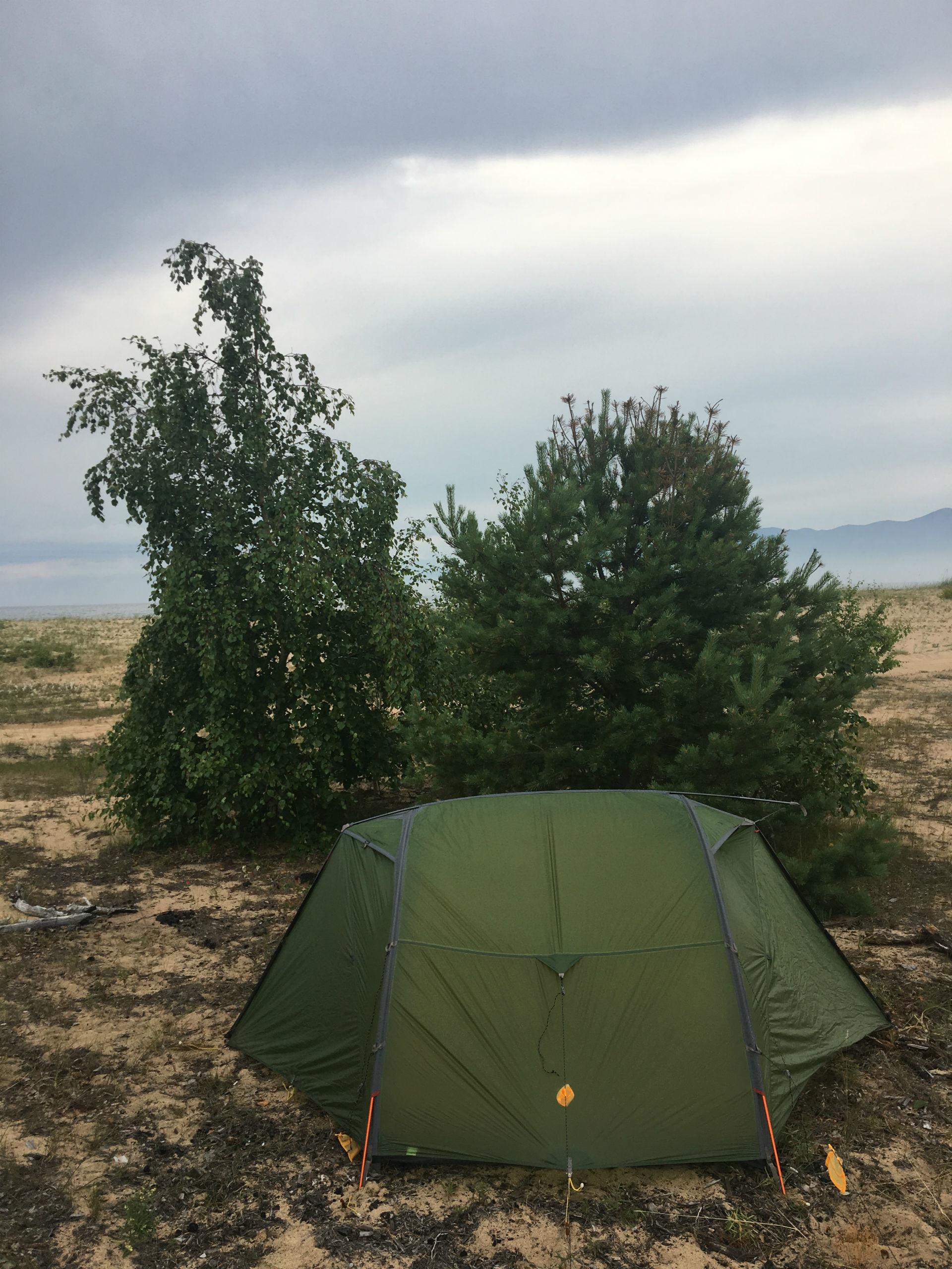 Campement établi pour une paisible nuit sur le sable fin de la
