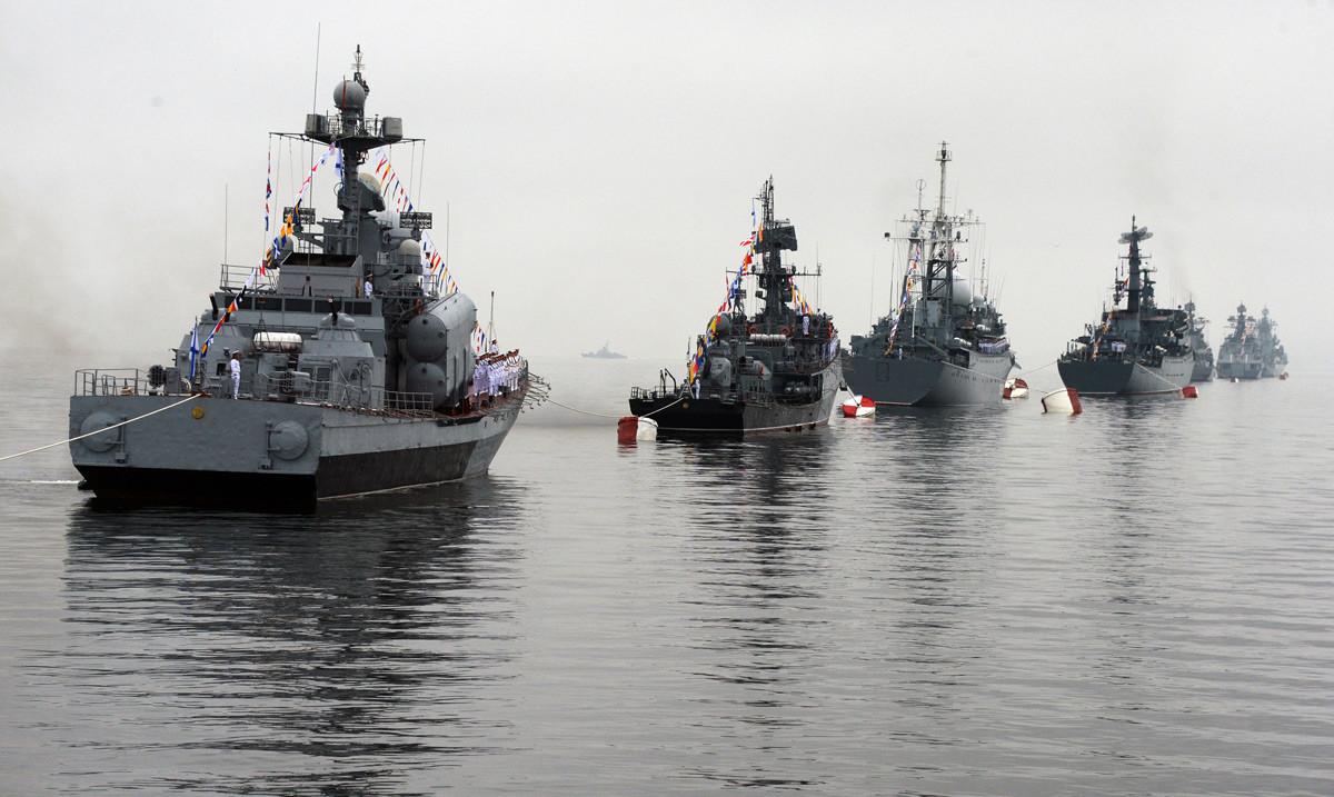 Brodovi Tihooceanske flote postrojeni za paradu na proslavi Dana Ratne mornarice u Vladivostoku.