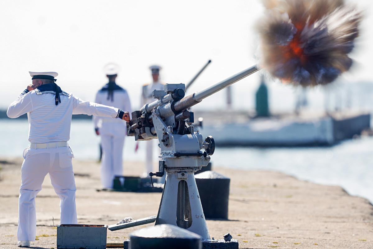 Mornar puca iz topa na generalnoj probi parade povodom Dana ratne mornarice.