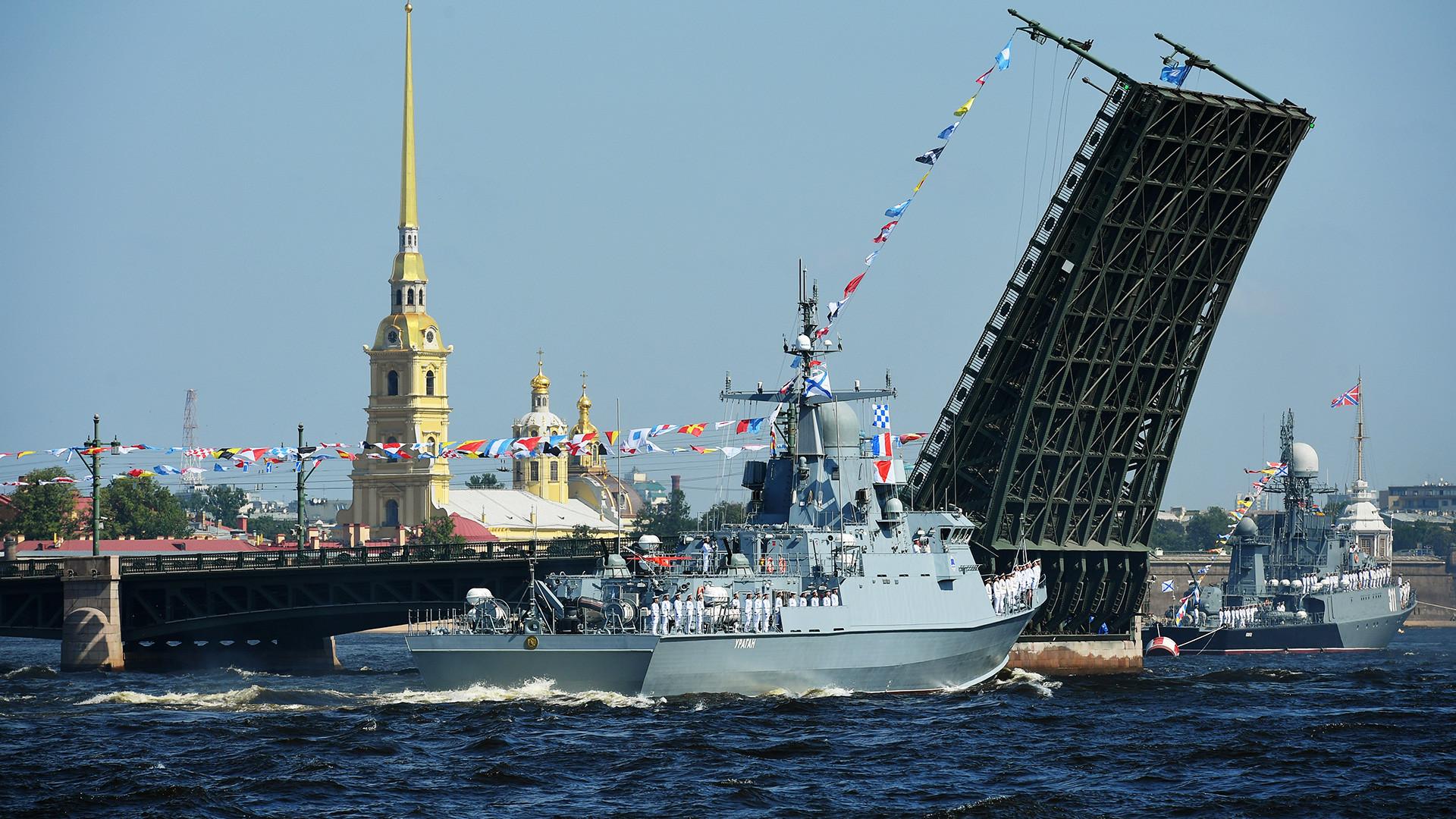 """Mali raketni brod """"Uragan"""" na glavnoj pomorskoj vojnoj paradi u Sankt-Peterburgu povodom Dana ratne mornarice Rusije."""