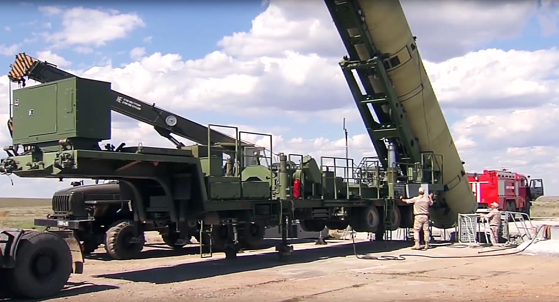Peluncuran sistem misil antibalistik Rusia di lapangan pengujian Sary-Shagan.
