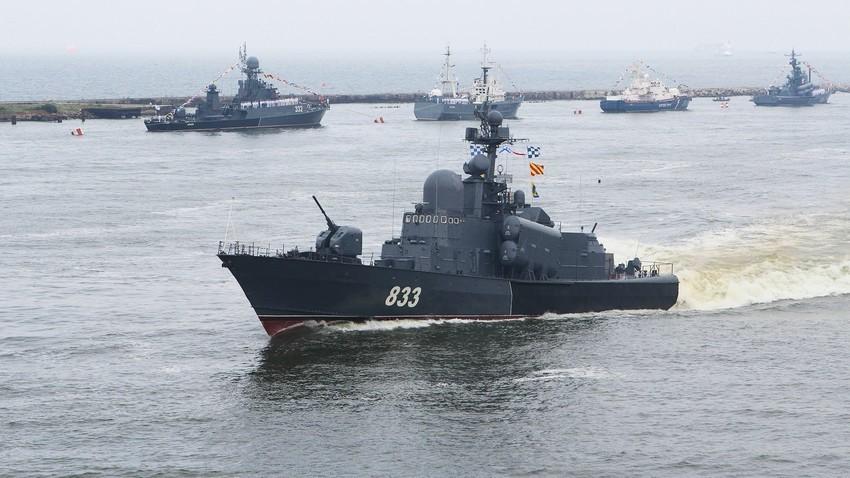 Raketna korveta projekta 1241 Molinja na generalki pred parado ob ruskem dnevu mornarice v Baltijsku.