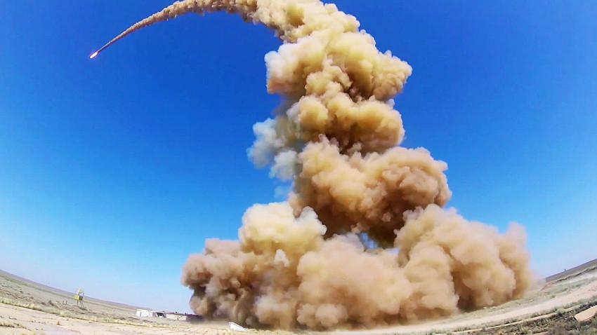 Peluncuran rudal pencegat termutakhir sistem Misil Antibalistik Rusia (ABM) di lapangan pengujian Sary-Shagan, Kazakhstan. Tangkapan layar dari video yang disediakan oleh Kementerian Pertahanan Rusia.