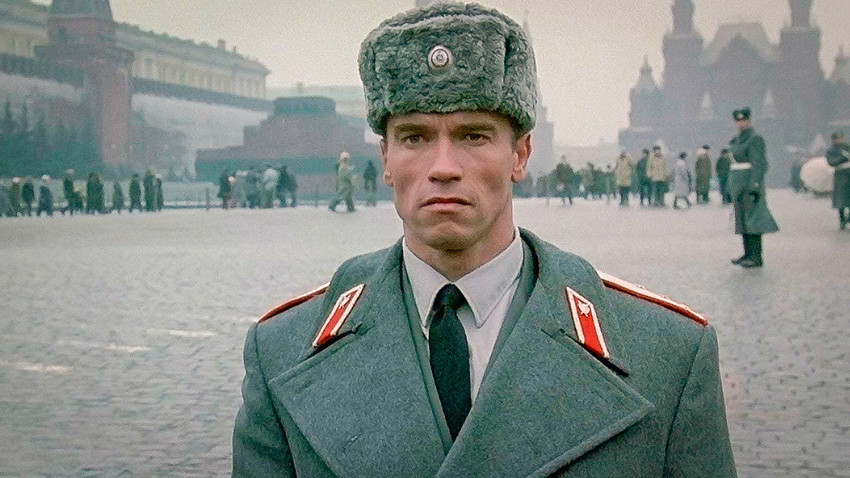 "Arnold Schwarzenegger em ""Inferno Vermelho"" (1988)."
