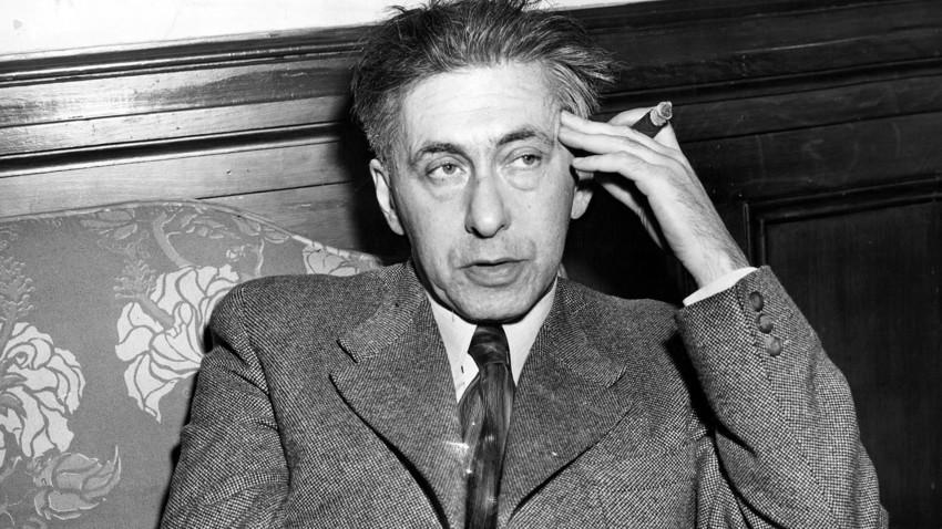 Iliá Ehrenburg (1891 - 1967) com um charuto. O escritor fumava bastante e o amigo baiano lhe abastecia de cigarros quando podia enviá-los.