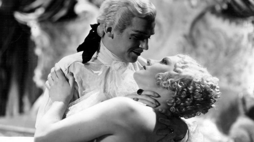 """Douglas Fairbanks Jr. e Diana Napier nel film """"Caterina la Grande"""", dedicato alla vita dell'imperatrice russa"""