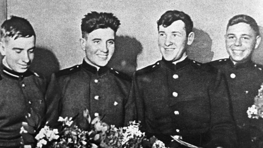 1960年1月 17日から 3 月7 日に漂流した船に乗っていたソ連兵(左から右)-アスハト・ジガンシン、フィリップ・ポプラフスキー、アナトリー・クルチコフスキー、イワン・フェドトフ。