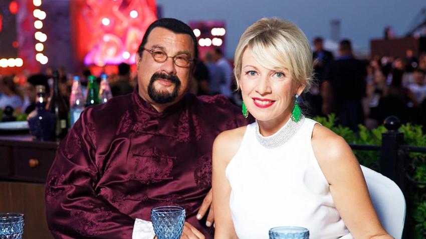 Steven Seagal und Maria Sacharowa, Pressesprecherin des russischen Außenministeriums