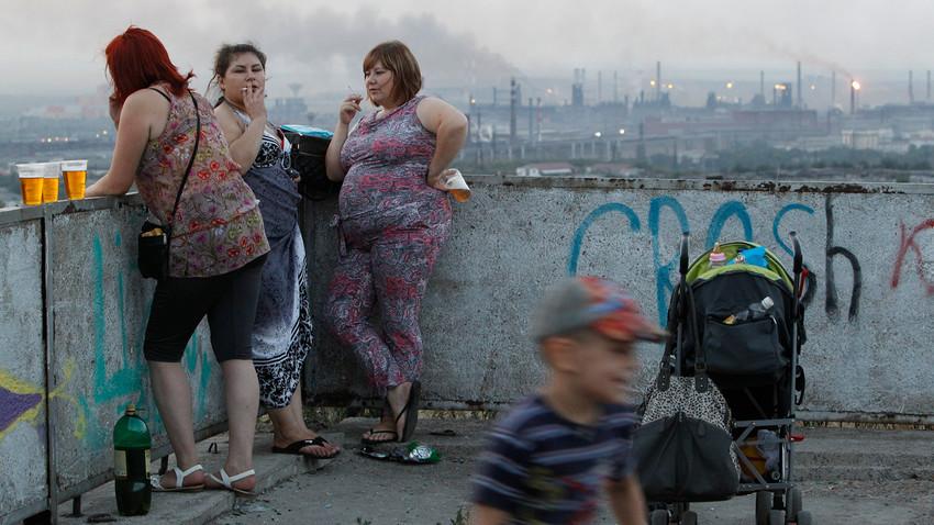 ロシアの産業都市マグニトゴルスクの展望台で休んでいる女性。