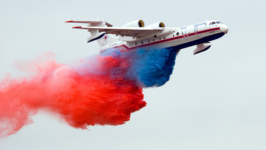 MAKS-2009航空ショーで染められた水を解放している飛行機Beriev BE-200