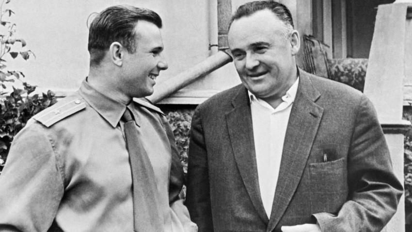 Serguéi Koroliov (a la derecha) y Yuri Gagarin, el primer ser humano en viajar al espacio exterior.