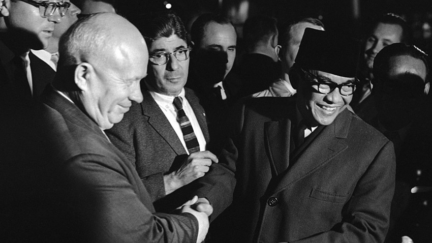 Indonesia layak mendapat perhatian Soviet karena negara itu adalah negara yang sangat besar, indah, makmur, multietnis, dan terdiri dari ribuan pulau dengan populasi (kala itu) mencapai lebih dari seratus juta jiwa, kata Nikita Khrushchev.