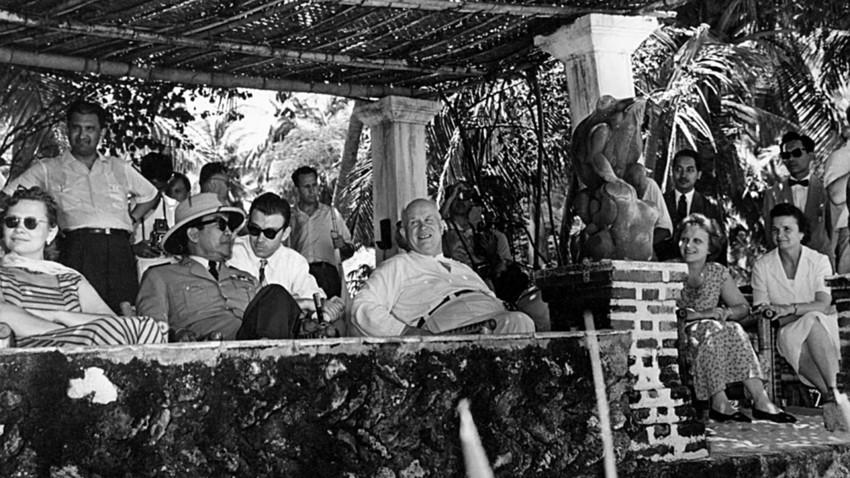 Pemimpin Uni Soviet Nikita Khrushchev bermain angklung dengan Presiden RI Sukarno dalam kunjungannya ke Indonesia tahun 1961.