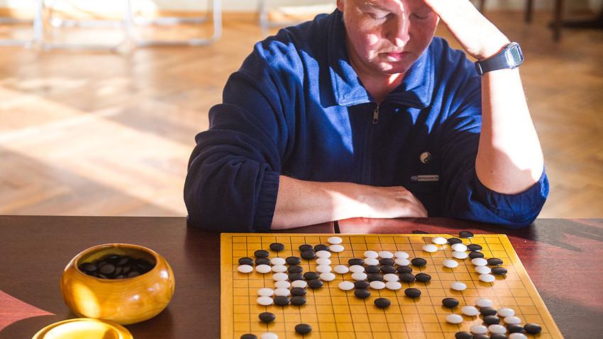 モスクワ、テクスチルシキ区のモスクヴィチ文化センターで行われている囲碁