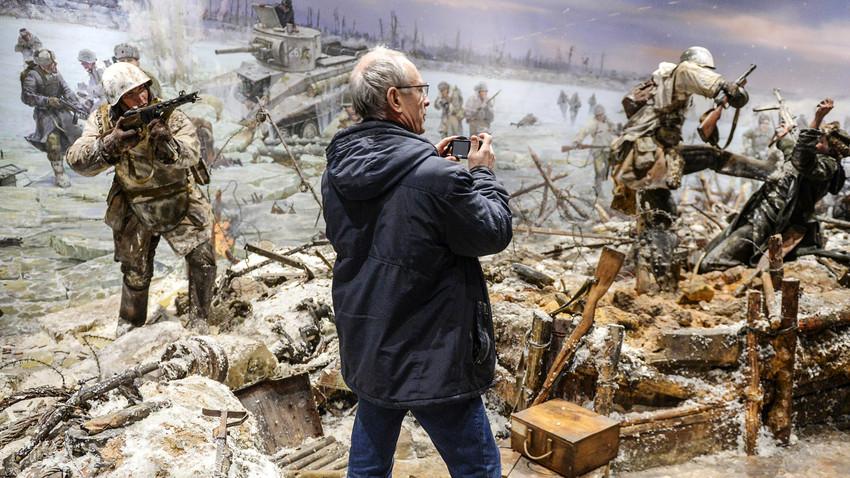レニングラード包囲を打開したイスクラ(火花)作戦の75年記念日に設立された、キロフスク市3Dパノラマ博物館の訪問者。