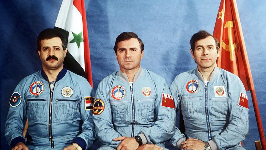 Одлево надесно: Членовите на советско-сирискиот екипаж – полковникот на Сириското воено воздухпловство Мухамед Фарис, потполковник Александар Викторенко, космонаутот Александар Александров, херој на Советскиот Сојуз. Во космосот од 22 до 30 јули 1987 година.