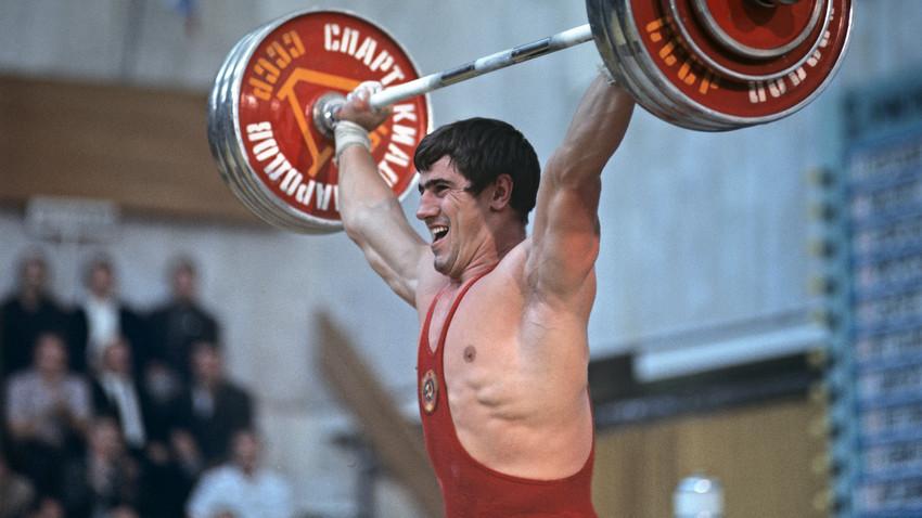 Svetovni prvak v dvigovanju uteži, častni mojster športa ZSSR David Rigert, na peti poletni Spartakiadi narodov ZSSR.