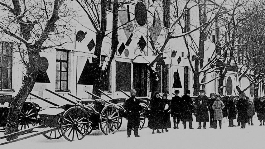 Weiße Kaserne in Witebsk: Malewitsch und Schüler der Kunstschule, 1919