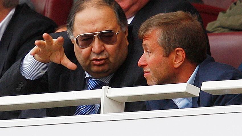 Ruska oligarha Ališer Usmanov (levo) in Roman Abramovič (desno) na tekmi v Londonu. Eden je delničar v Arsenalu, drugi pa je lastnik nogometnega kluba Chelsea.