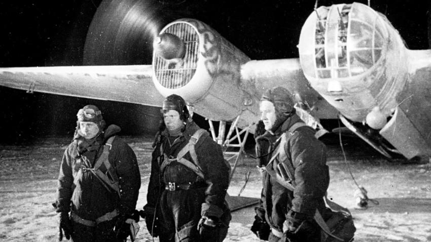Майор Расказов поздравява екипажите на ДБ-3 за успешната мисия