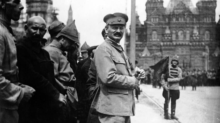 Lev Trocki med Leninovim pregledom čet na vojaški paradi sredi moskovskega Rdečega trga.