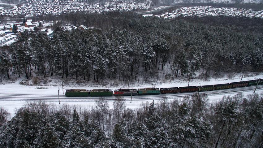ノヴォシビルスク付近のシベリア鉄道を走っている列車