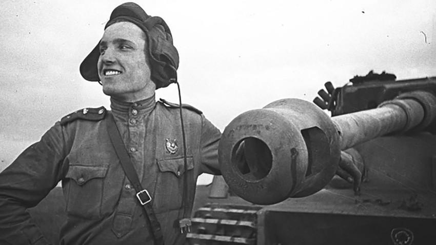 """Stariji poručnik Ivan Ševcov, budući Heroj Sovjetskog Saveza, pored njemačkog tenka """"Tigar"""" kojeg je osobno onesposobio. Kurska bitka, 1943."""