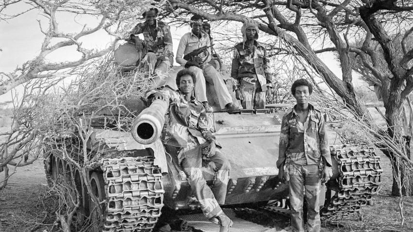 Tentara Somalia mengerumuni tank  T-54 Soviet yang sudah tua di garis depan Perang Ogaden dengan Etiopia.